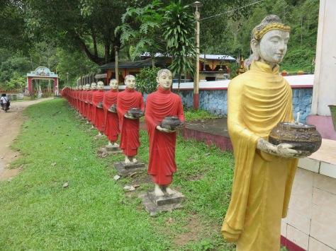 Budas afuera de la cueva