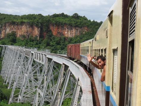 Benja saludando, notese el puente.