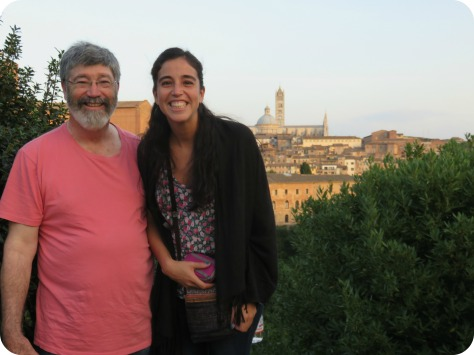 No es la Basilica, pero somos mi papa y yo paseando por Siena, ojo que estoy haciendo equilibrio en una piedra :)