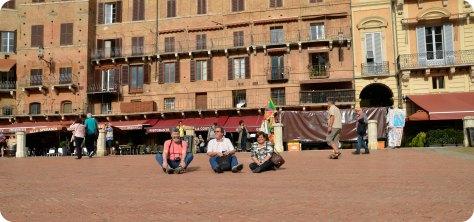 Plaza del Campo de Siena, donde se corre el Palio. Mi papá, Jaime y la Maria Ines, yo estoy escondiendome de las palomas en algun lado.