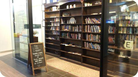 Cosas que uno encuentra en un mall en Australia, biblioteca gratis. Y funciona!